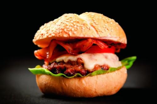 Burger, το fast casual πιάτο  που ΚΕΡΔΙΖΕΙ τον Έλληνα καταναλωτή!