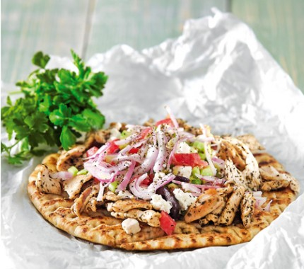 Πίτα με κοτόπουλο και χωριάτικη σαλάτα